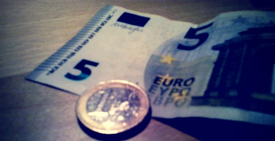 Geldscheine und Münzen zum Bezahlen auf dem Jakobsweg