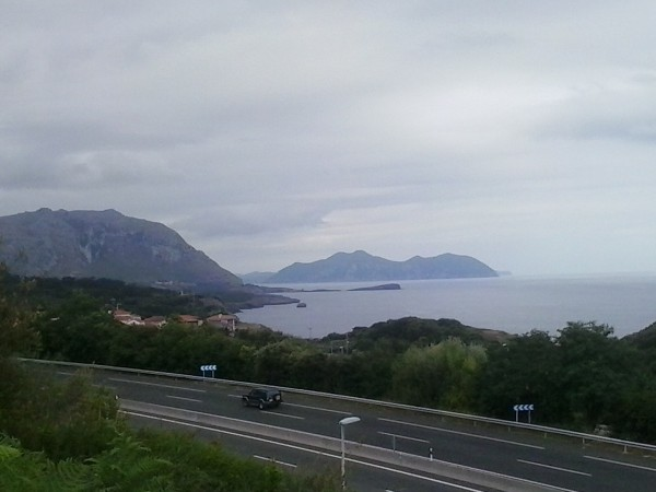 Straße und Meer Richtung Liendo.