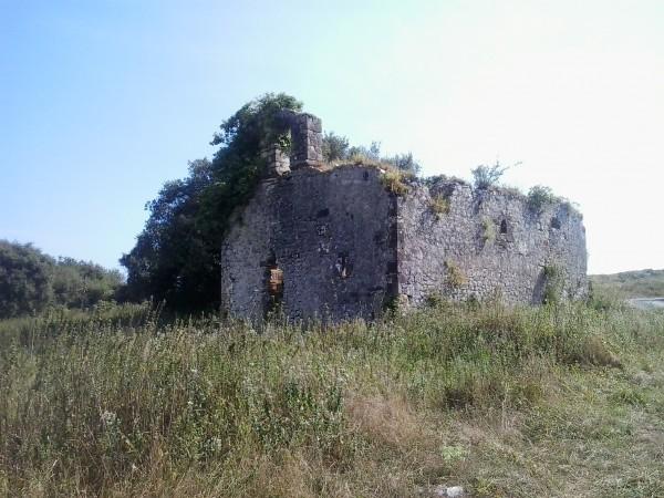 Altes Gemäuer inmitten von Natur nahe Santona.