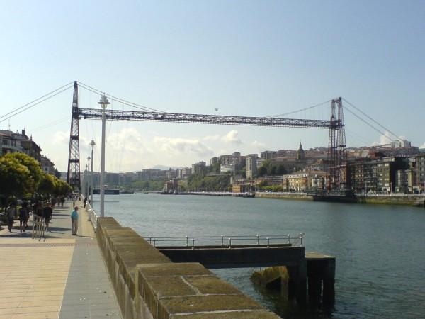 Blick auf die imposante Brücke in Portugalete.