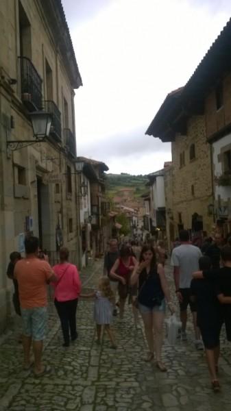 Sommer in den alten, schönen Gassen des Städtchens Heutiger Etappenzielort ist Santillana del Mar in Nordspanien.