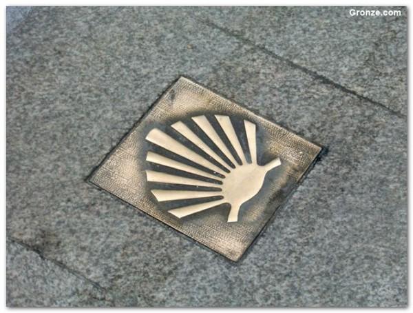 Pilgerzeichen im Boden auf dem Weg nach Vilalba.
