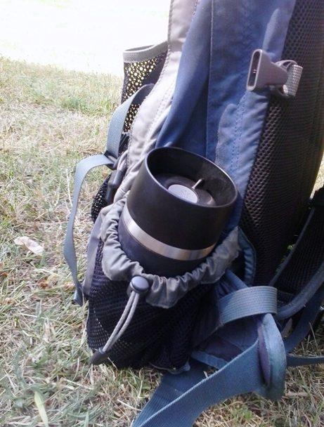 Emsa Thermobecher in der Seitentasche beim Wandern und Pilgern