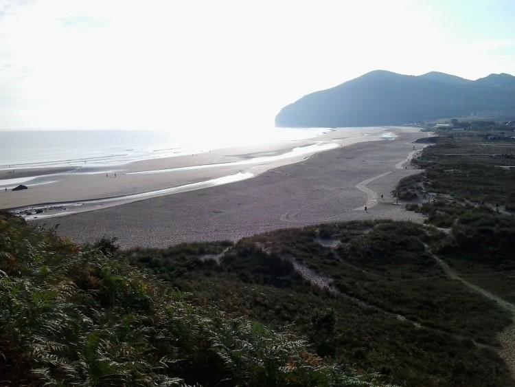 Das Foto zeigt den Blick auf den Strand von Noja auf dem spanischen Küstenweg.