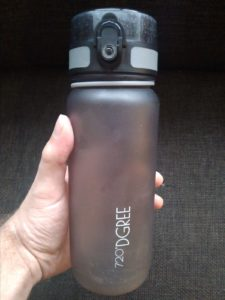 Dieses Foto zeigt eine bpa-freie Trinkflasche, die man mit auf den Jakobsweg nehmen kann.