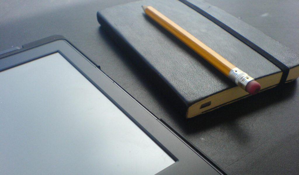 Taschenbuch und ebookReader auf der Packliste