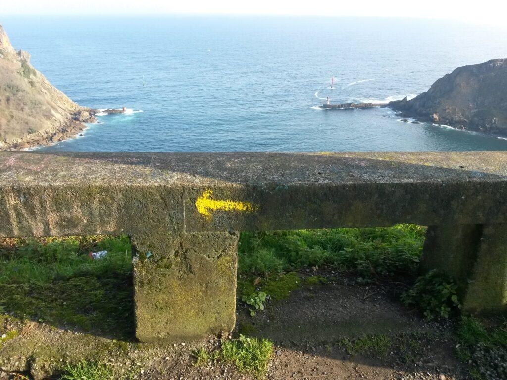 Gelber Pfeil auf dem Jakobsweg Küstenweg